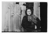 Irena Vincenzowa przed wejściem do domu w Bystrzecu