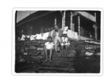 Bystrzec, Jędrek Vincenz, Stefa Kac i Basia Vincenz na schodach na taras