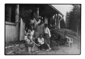 Grupa z Jędrkiem, Ireną i Basią Vincenz, M. Treszko, pani Pilatowa przed domem w Bystrzecu