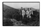Grupa z M. Treszko, panią Pilatową, w środku sosny na zboczach Pohoriwki (powyżej Bystreka)