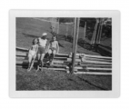 Bystrzec, Basia, Irena i Jędrek Vincenzowie na płocie przy domu