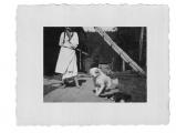 Bystrzec, Basia Vincenz ze swym psem Bilkiem i kotem przed wejściem do kuchni