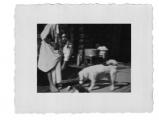 Bystrzec, Basia Vincenz ze swym psem Bilkiem przed wejściem do kuchnik
