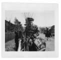 Żabie, M. Ahlers (dziennikarz niemiecki z Warszawy) na pierwszym koniu