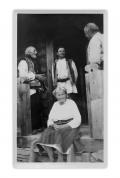 """Przed wejściem do domu w Bystrzecu. Stoją: Matijko Zelenczuk (93 lat), Mychajło Slusarczyk (35 lat), Stanisław Vincenz (47 lat). Siedzi: """"Babuna"""" Marijka Czornysz (86 lat)"""
