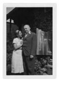 Irena i Stanisław Vincenzowie przed domem w Bystrzecu