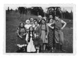 Przed domem w Bystrzecu. Wizyta rodziny Kohan
