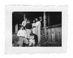Bystrzec, przed wejściem do domu. Na pierwszym planie: Jasio Senkiw, Basia Vincenz, z tyłu: pan i pani Williams, Haniuta, pani Rose, Stanisław Vincenz