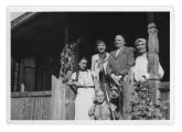 Bystrzec, przed wejściem do domu. Siedzi: Kasia Pobiarzyn. Stoją: Irena Vincenz, pani Fijałkowska, Stanisław Vincenz, Wasylyna