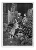 Irena i Stanisław Vincenzowie, NN, pies Bimbo przed domem w Bystrzecu