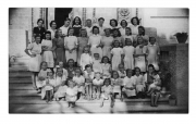Sanfelin (Hiszpania), Katarzyna Pobiarzyn (trzecia od lewej w przedostatnim rzędzie) wśród uczniów i personelu domu dla dzieci polskich