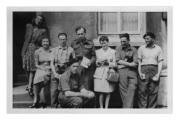 """Quackenbrück (Niemcy), redakcja """"Dziennika Żołnierza"""", w drugim rzędzie: Konstanty Jeleński (trzeci), Andrzej Vincenz (piąty)"""