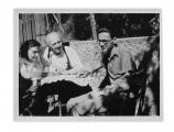 Uriage, Irena, Stanisław i Andrzej przed domem z kotami