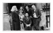 Londyn, po lewej Lena Vincenz, po prawej Stanisław Aleksander Vincenz, w drugim rzędzie: córka Waszelkowskich, pani Waszelkowska, w pierwszym rzędzie: Margit Vincenz i W. Waszelkowski