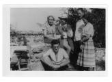 La Combe, La Chapelle. Stoją: Natalia Zaremba, Stanisław Vincenz, Zygmunt Zaremba, Irena Vincenzowa, siedzi: Andrzej Vincenz