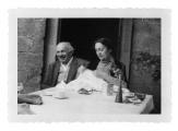 La Combe, Stanisław i Irena Vincenzowie na tarasie domu w Mas