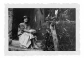 La Combe, Irena Vincenzowa przed domem w Mas