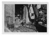 La Combe, Irena Vincenzowa przed drzwiami domu w Mas